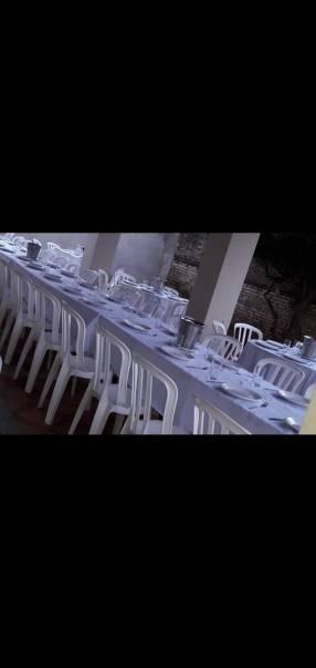 Mesas sillas y vajillas
