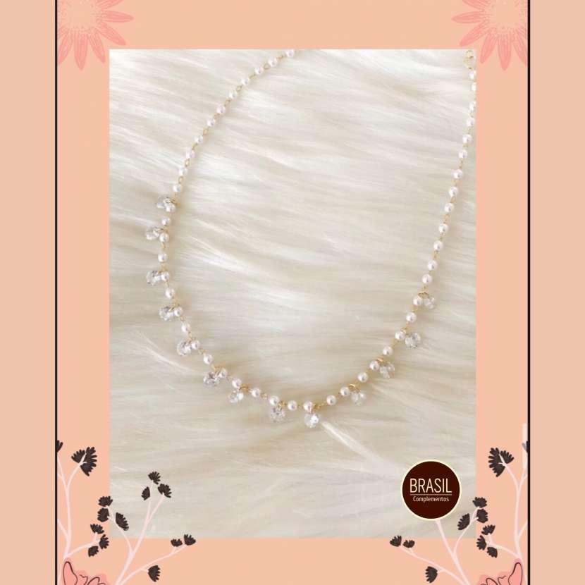 Collar enchapado en oro con perlas y piedras de cristales - 0