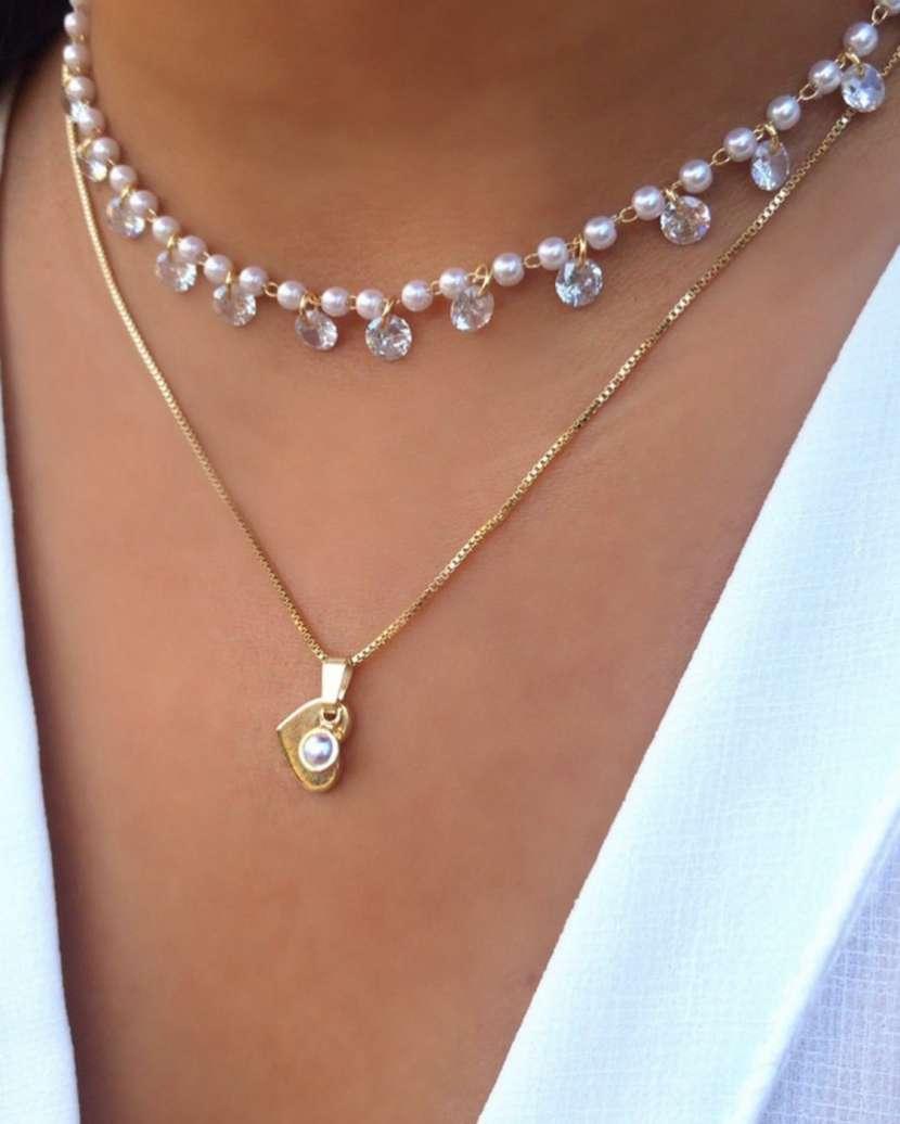 Collar enchapado en oro con perlas y piedras de cristales - 1