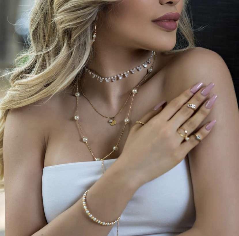 Collar enchapado en oro con perlas y piedras de cristales - 2