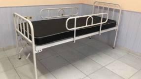 Cama hospitalaria con colchón de base