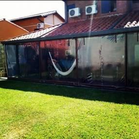 Cerramiento con cortinas plásticas transparente