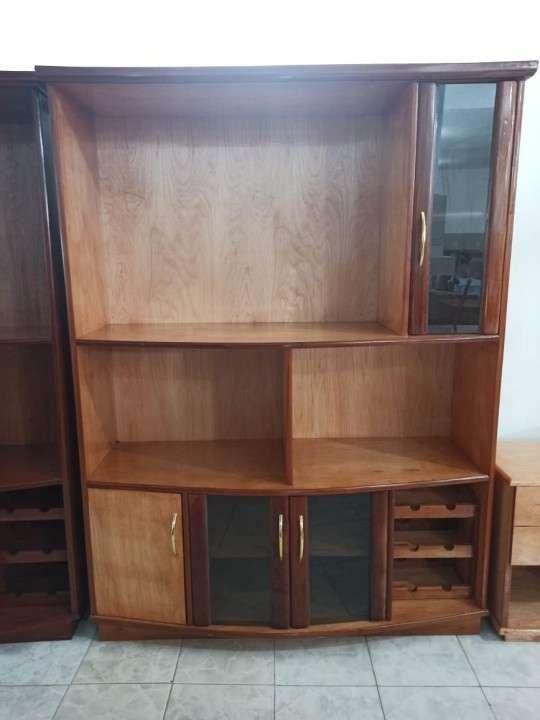 Estante modular de 140 cm para TV con cristalera de madera - 1