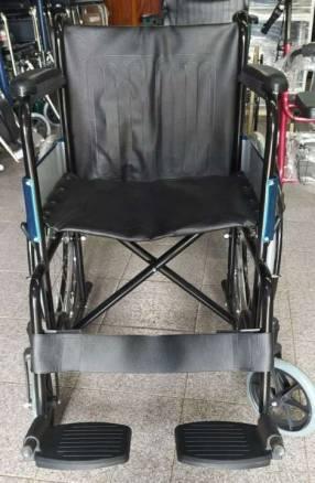 Silla de ruedas estándar pintada negra con asiento cuerina