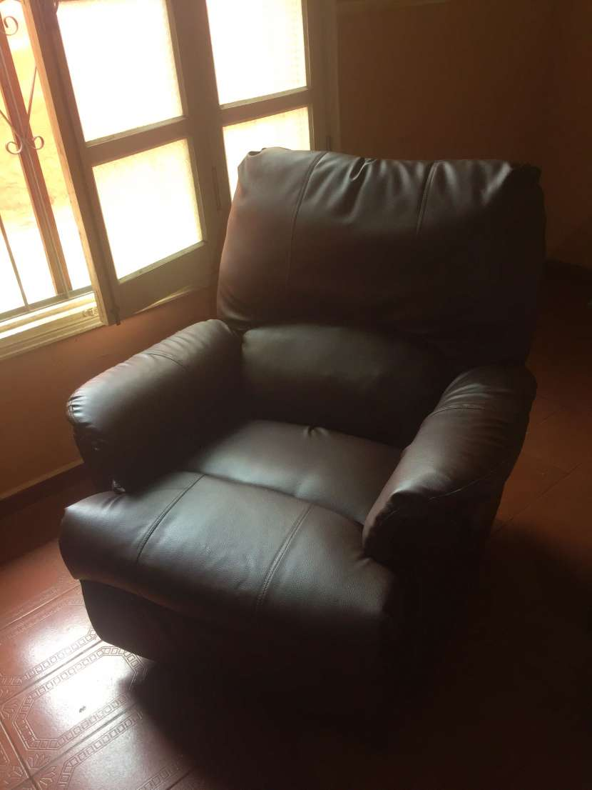 Sofá reclinable de cuerina - 1