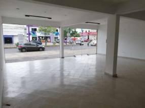 Salón comercial con amplia planta alta