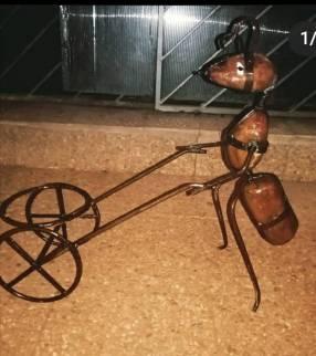 Hormigas porta plantera de hierro