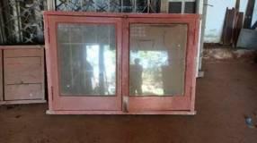 Ventana de madera con marco y vidrio