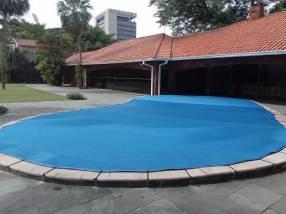 Cobertor de piscinas en media sombra