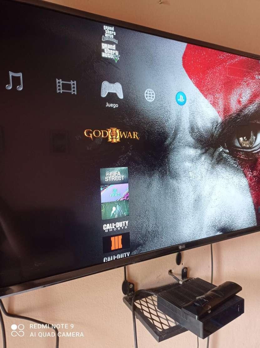 PS3 con 2 controles y 22 juegos cargados - 4