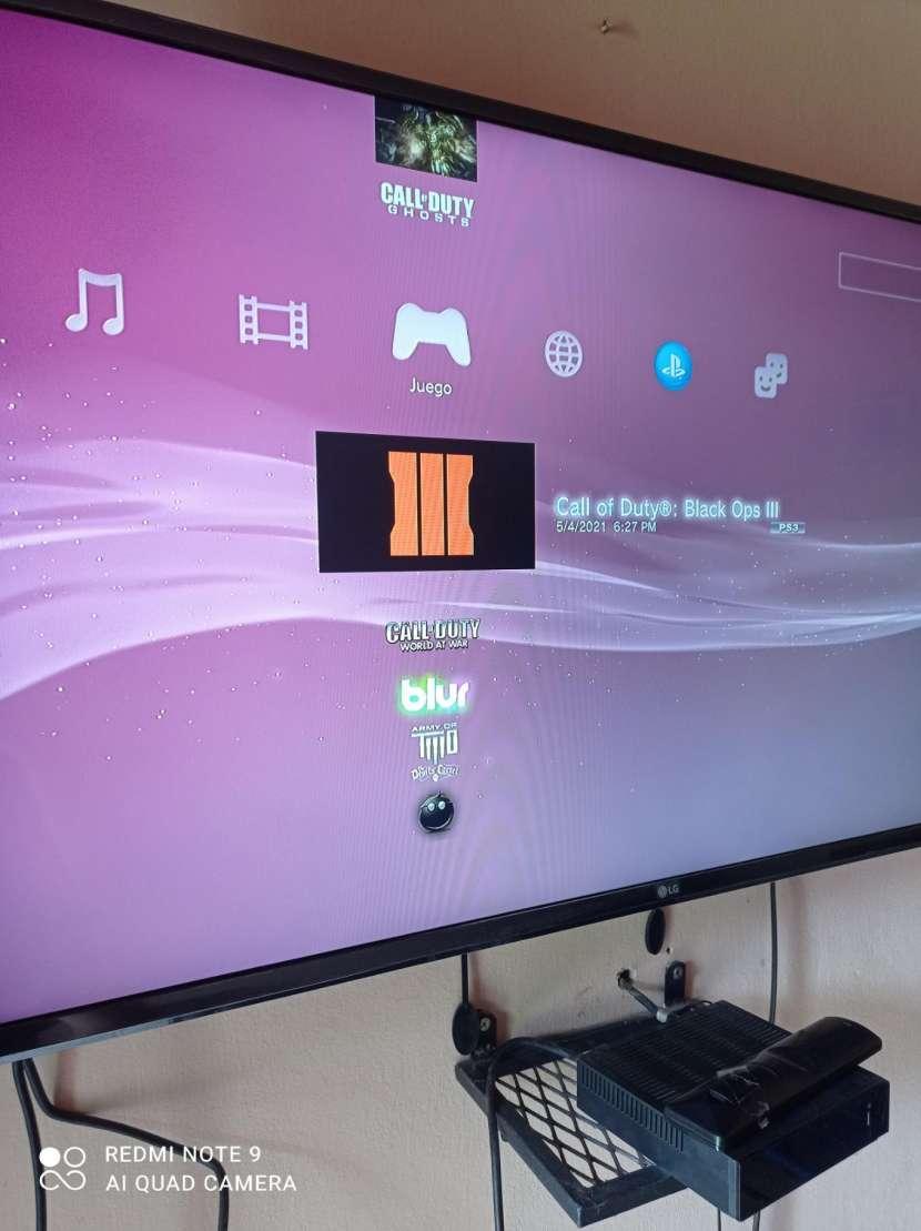 PS3 con 2 controles y 22 juegos cargados - 7