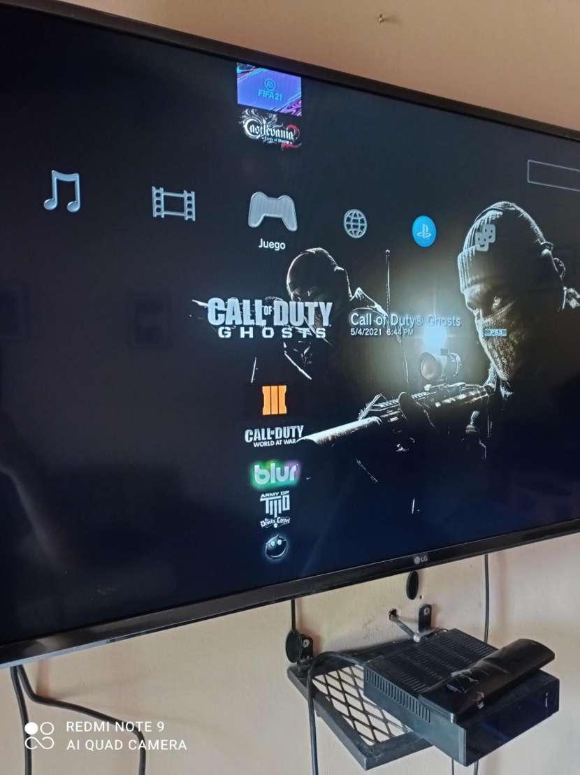 PS3 con 2 controles y 22 juegos cargados - 8