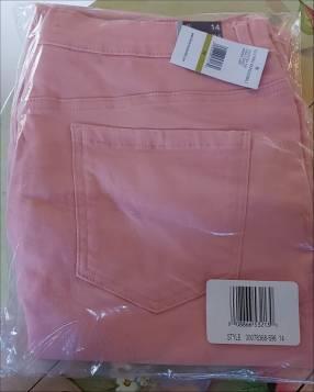 Pantalones pescadores de jean negro y rosado