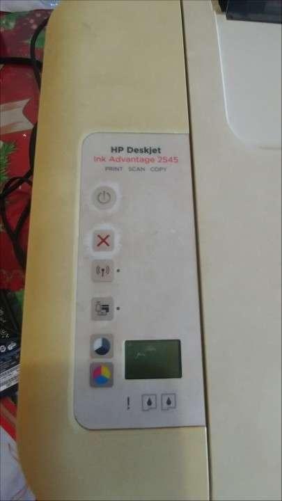 Impresora HP a color con escáner - 1