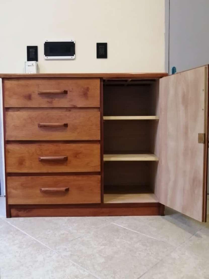 Ropero y mueble con cajones de madera - 1