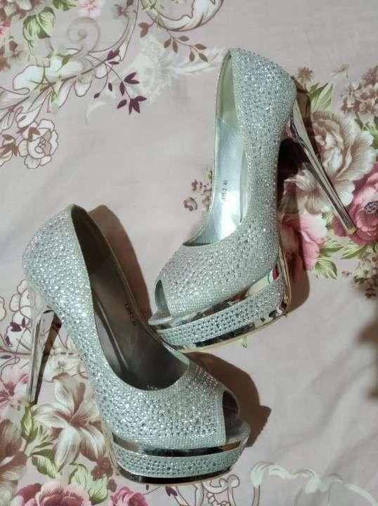Zapato taco alto con piedras brillantes calce 40 - 1