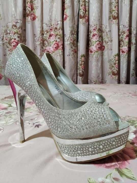 Zapato taco alto con piedras brillantes calce 40 - 2
