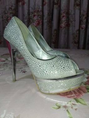 Zapato taco alto con piedras brillantes calce 40
