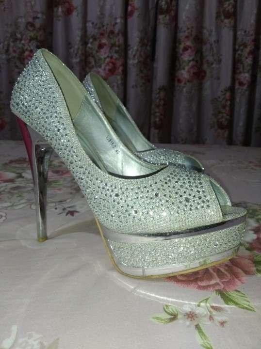 Zapato taco alto con piedras brillantes calce 40 - 0
