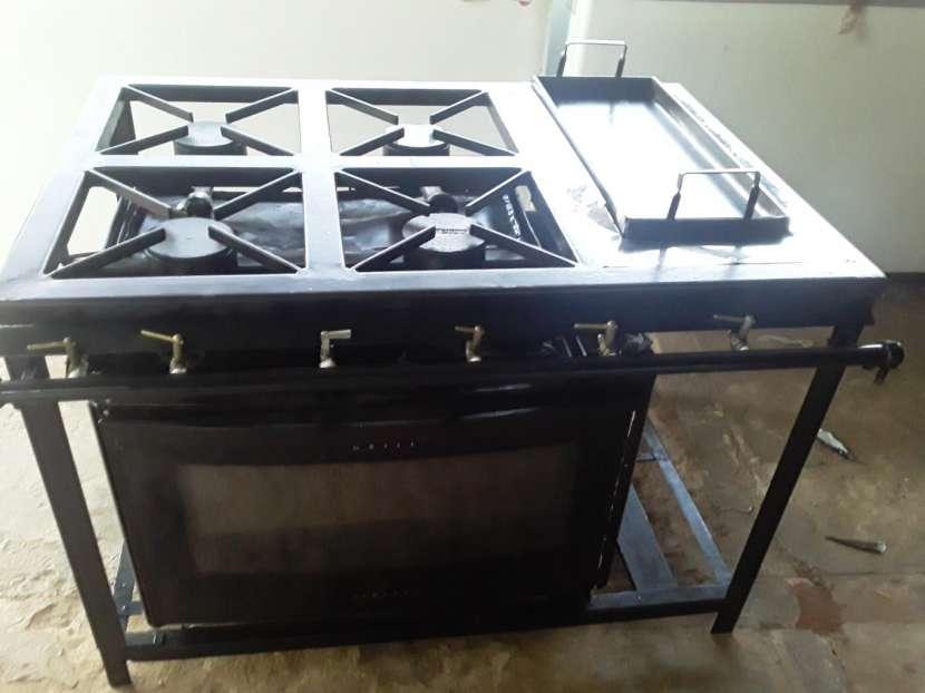 Cocina industrial con horno y plancha - 0
