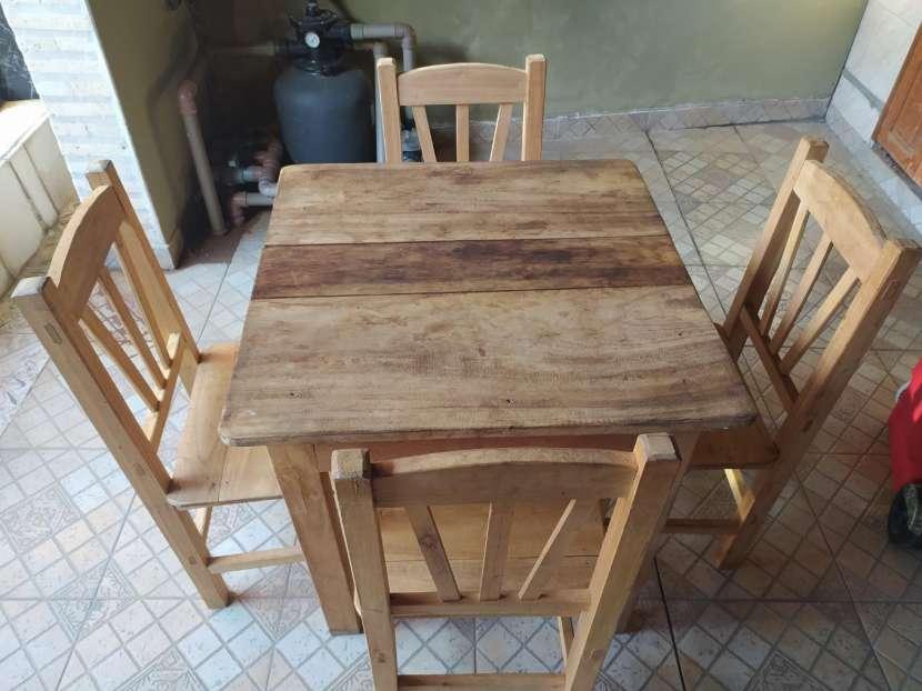 Juego de mesa con 4 sillas - 0