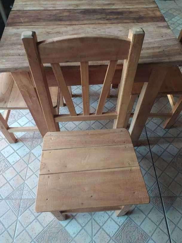 Juego de mesa con 4 sillas - 1