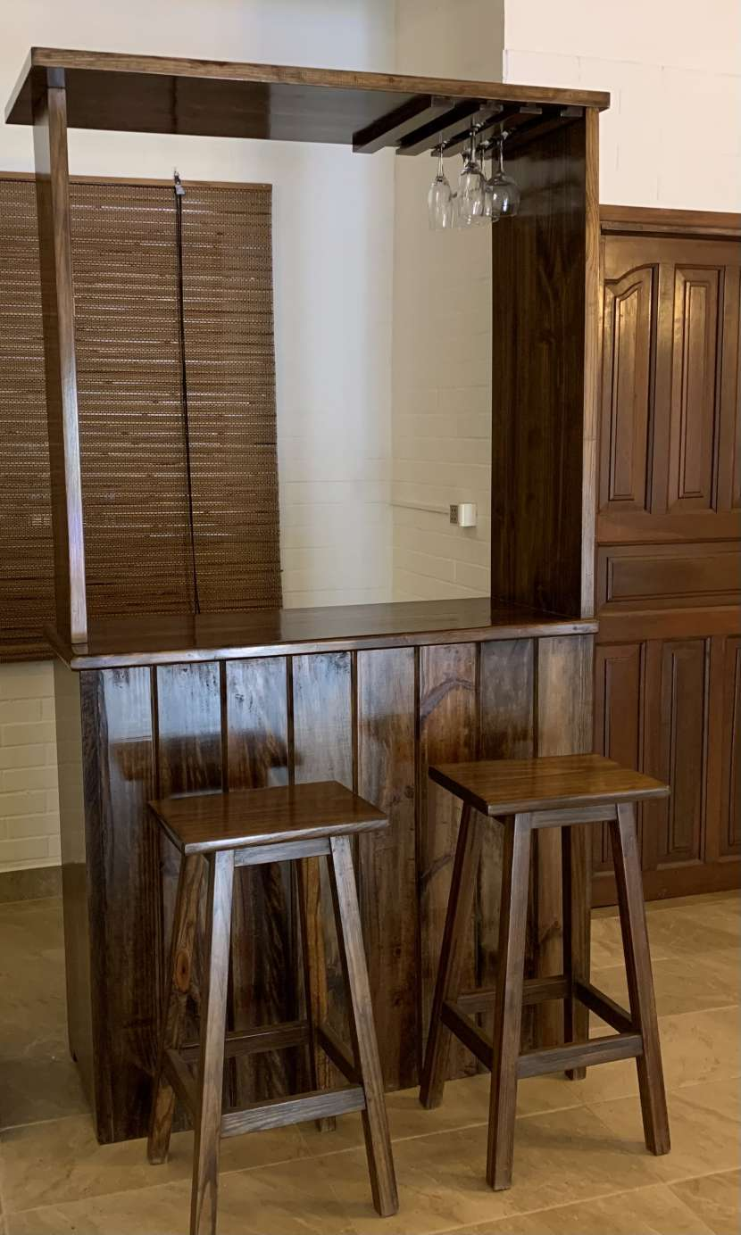 Bar con taburetes - 0