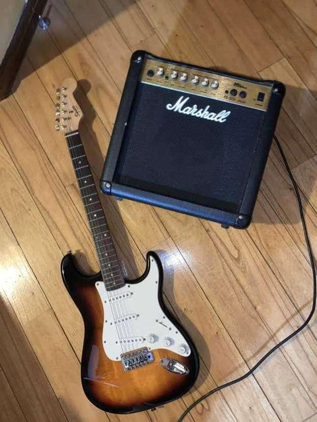 Guitarra Fender Squier Stratocaster con amplificador Marshall - 0