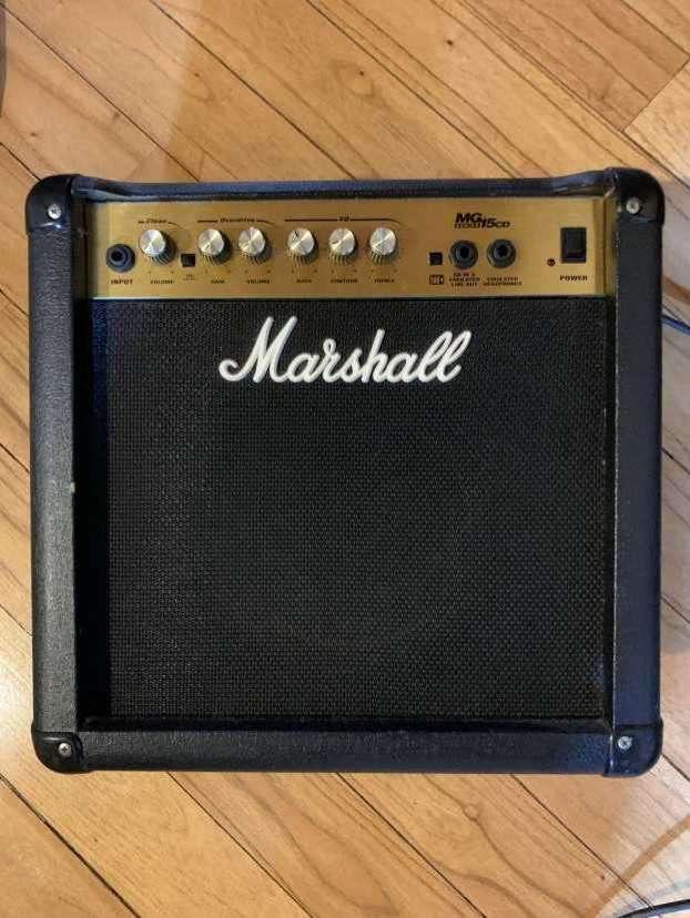 Guitarra Fender Squier Stratocaster con amplificador Marshall - 1