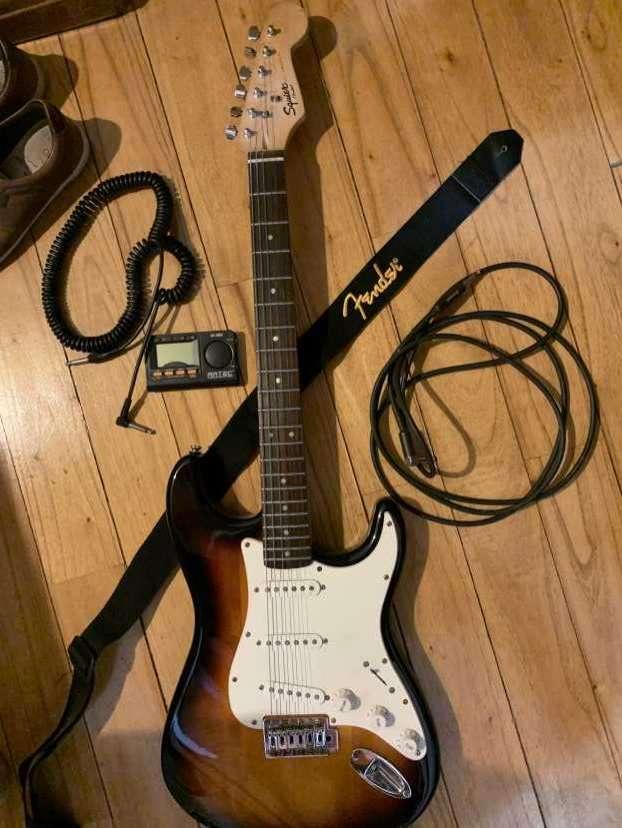 Guitarra Fender Squier Stratocaster con amplificador Marshall - 2