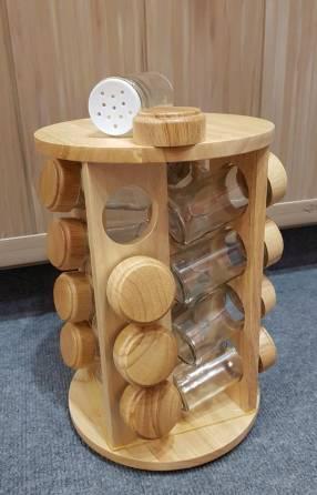 Especiero de madera con 16 frascos de vidrio