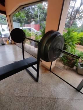 Banco plano con 60 kilos de discos