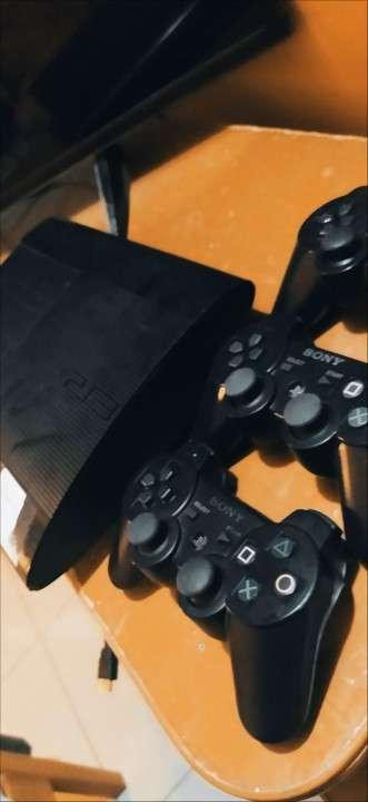 Playstation 3 con 3 control y 3 juegos - 0