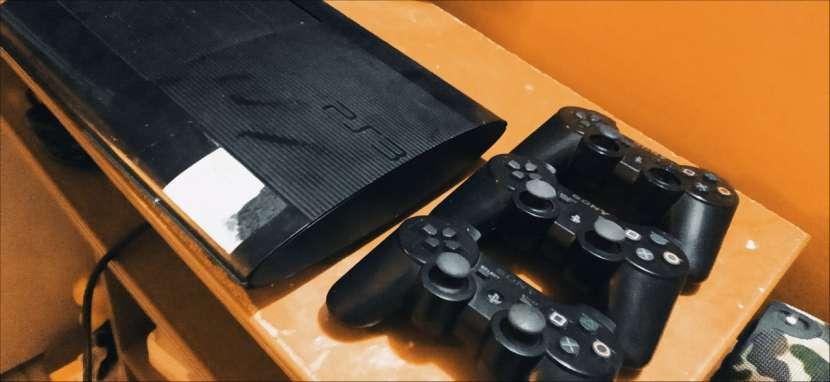 Playstation 3 con 3 control y 3 juegos - 1