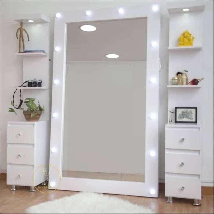 Espejo con luces y organizadores