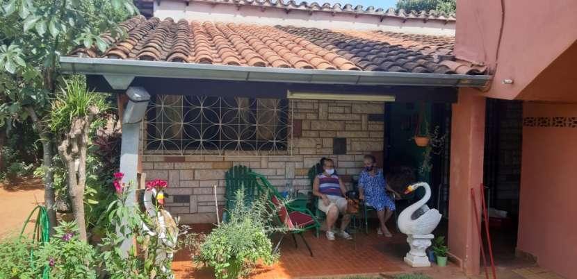 Casa confortable con salón y apto en Fernando de la Mora zona Sur - 2