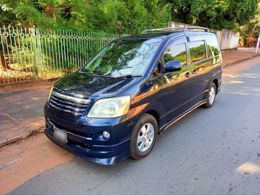 Toyota Noah 2004 - 1