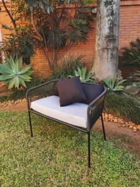 Sofá de cable Priscila con almohadas