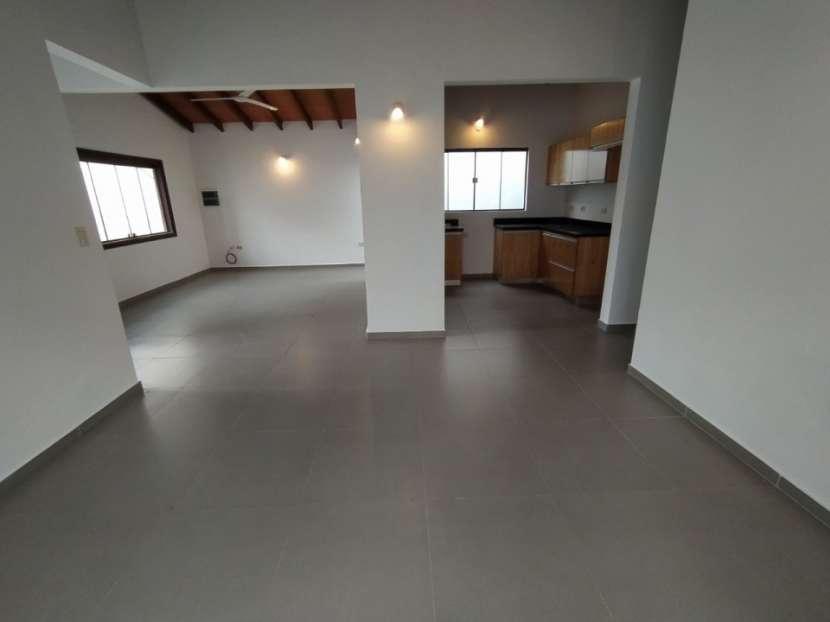 Casa con salón comercial en Villa Elisa - 8