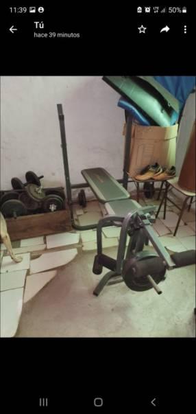 Equipo de gimnasia en casa con mancuernas y discos