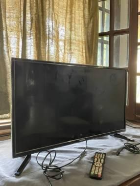 Smart TV Midas de 32 pulgadas con soporte de pared