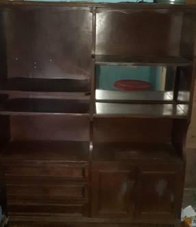Mueble para sala con cajones y compartimientos abiertos