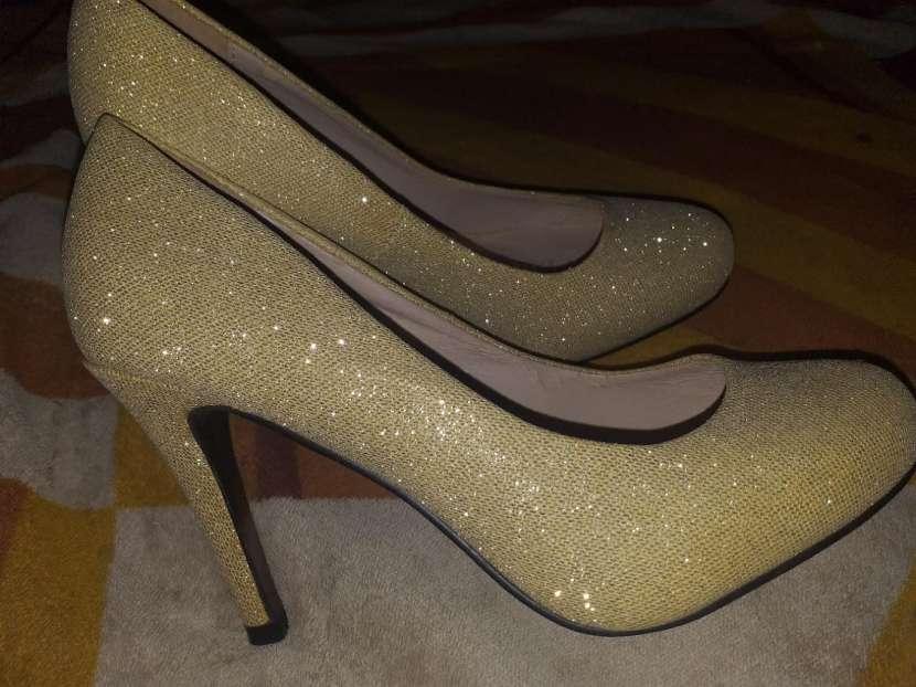 Zapato dorado brilloso taco 5 calce 37 horma grande - 1