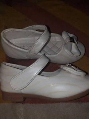Zapato blanco con líneas doradas para fiesta calce 25 horma grande