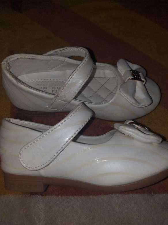 Zapato blanco con líneas doradas para fiesta calce 25 horma grande - 0