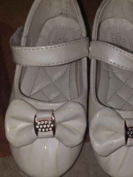 Zapato blanco con líneas doradas para fiesta calce 25 horma grande - 1