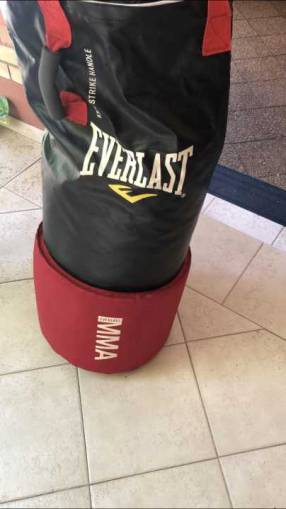 Bolsa de boxeo y mma Everlast con guantes de mma