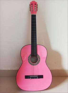 Guitarra clásica rosada