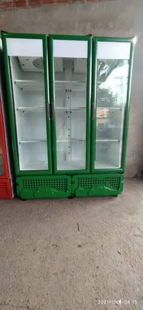 Exhibidora Imbera de 3 puertas de 1.200 litros bajo cero