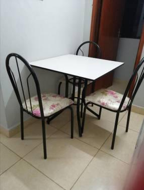 Juego de comedor con 4 sillas